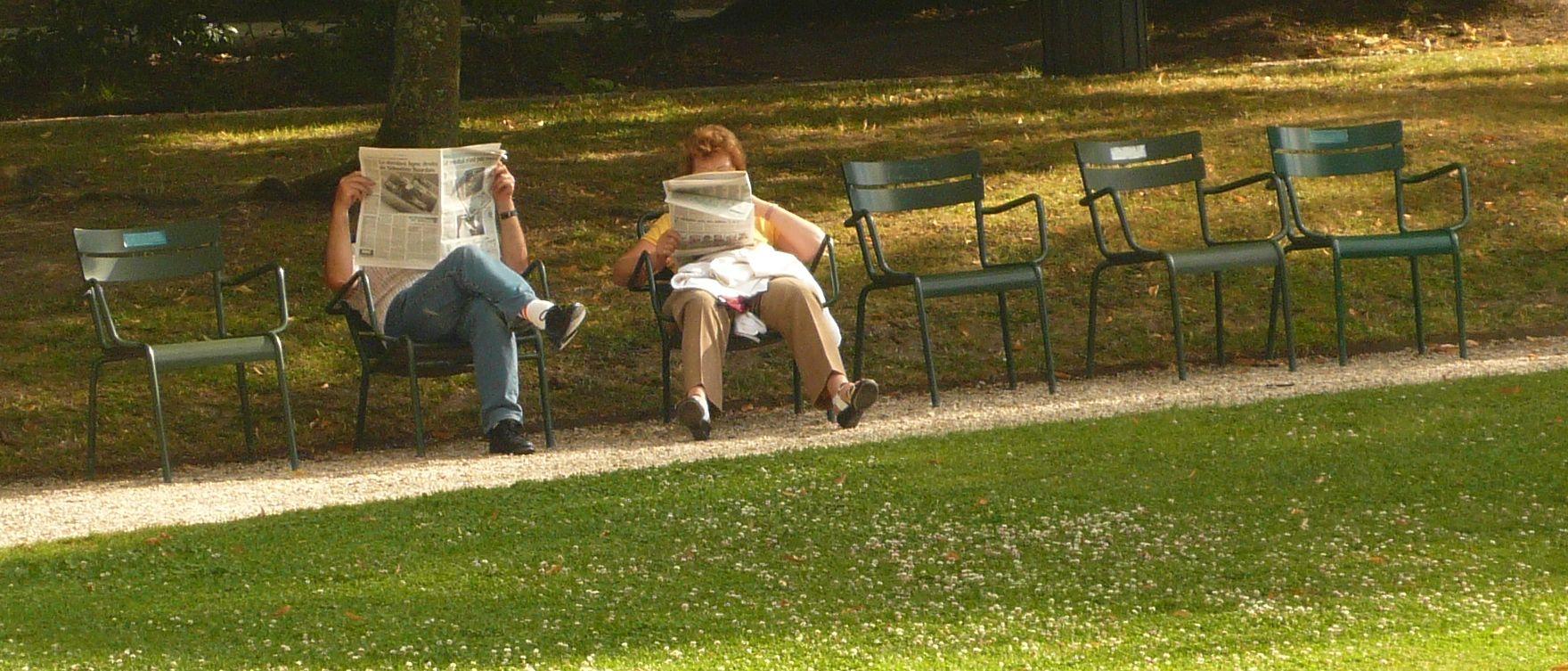 Journal, Chaises, Homme, Femme à Caillebotte, circulez il y a plein de choses à voir à Caillebotte!