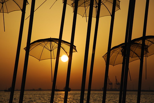sunset umbrella nikon sunsets thessaloniki nikkor umbrellas salonica d60 grecce thermaikos ελλάδα sooc θεσσαλονίκη θερμαικόσ grouptripod nikkor18105mmvr