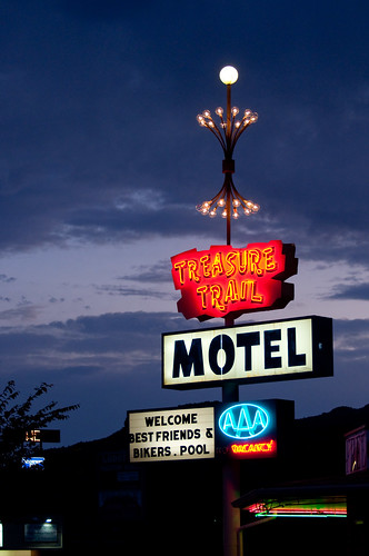 sunset usa nature sign dark utah dusk unitedstatesofamerica illumination motel roadtrip canyonlandsnationalpark signage vacancy kanab aaa motelsign illuminatedsign treasuretrailmotel nikond5000