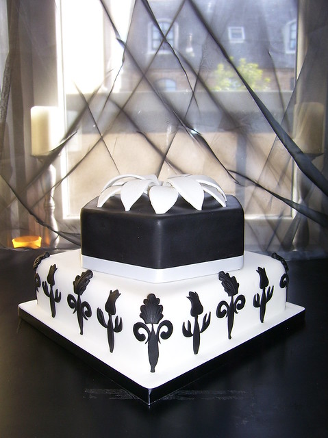 black and white art deco inspired wedding cake wwwauroracakescom