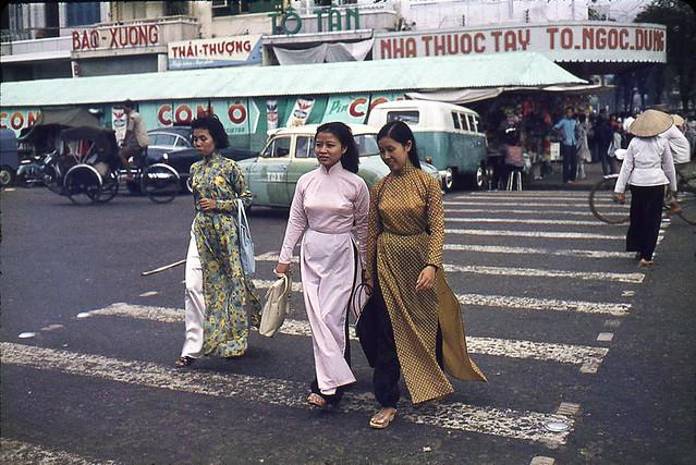 SAIGON 1964 - Ao dai tren duong Le Loi