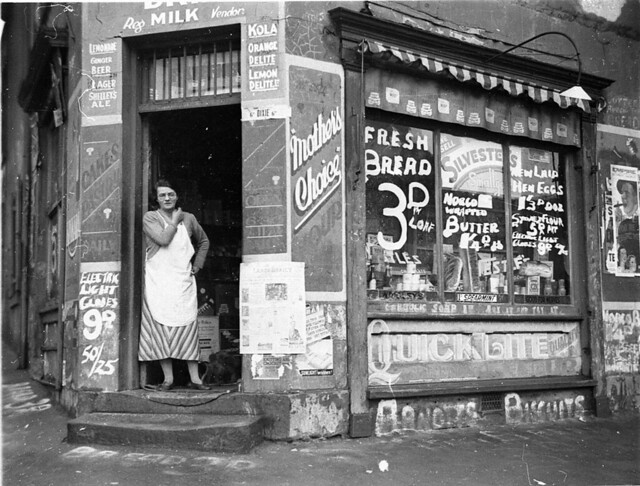 "Depression ""bread wars"", corner store on Bourke & Fitzroy Streets, Surry Hills, Sydney, 21 August 1934 / Sam Hood"