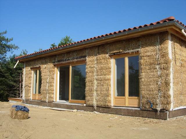 Straw bale house south side france flickr photo sharing for Maisons en paille