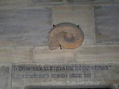Ammonite encastrée et inscription latine. Eglise Notre-Dame de Bayeux, 22 juillet 2009.