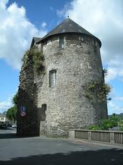 Une vieille tour à proximité de la cathédrale