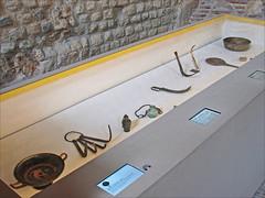 Le bain et le miroir. Soins du corps et cosmétiques de l'Antiquité au Moyen Âge : Une exposition du musée de Cluny - Musée national du Moyen-Age, dédiée aux cosmétiques et aux soins du corps de l'Antiquité au Moyen Âge.   (Les photos sont destinées prioritairement à l'analyse des dispositifs multimédias utilisés)  www.rmn.fr/Le-bain-et-le-miroir-Cluny  Le musée est installé dans deux monuments parisiens : les thermes gallo-romains (Ier-IIIe siècles) et l'hôtel des abbés de Cluny (fin XVe siècle).  Enrichies au cours des années, les collections offrent aujourd'hui un panorama unique sur l'art et l'histoire des hommes de la Gaule romaine au début du XVIe siècle.  www.musee-moyenage.fr/  NB Cette exposition utilise des cartels numériques intégrés aux vitrines. Ces cartels peuvent concerner un ou plusieurs objets exposés. Les textes introductifs des différentes sections de l'exposition sont des panneaux imprimés posés à plat. Deux écrans verticaux présentent des travaux de recherche effectués au C2RMF (centre de recherche et de restauration des musées de France)