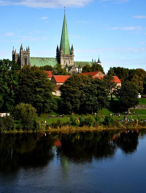 Nidarosdomen cathedral and Nidelven river