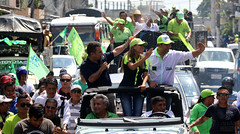 02/24/2017 - 14:13 - Los Ríos, 24 de febrero de 2017 (Andes).- Lenin Moreno candidato a la presidencia por Alianza Pais es recibido por simpatizantes en la provincia de los Ríos. Foto:Andes/César Muñoz