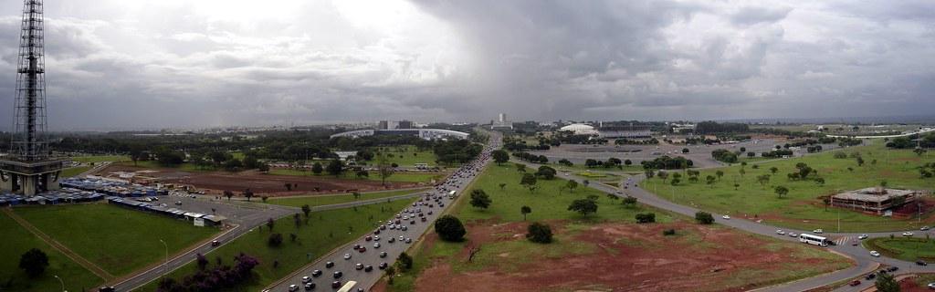 Panorâmica da janela do hotel Mercury em Brasília, lado oeste. A construção grande, no centro é o novo centro de eventos, a cúpula, no outro lado da faixa, o ginásio de esportes e ao lado do ginásio,