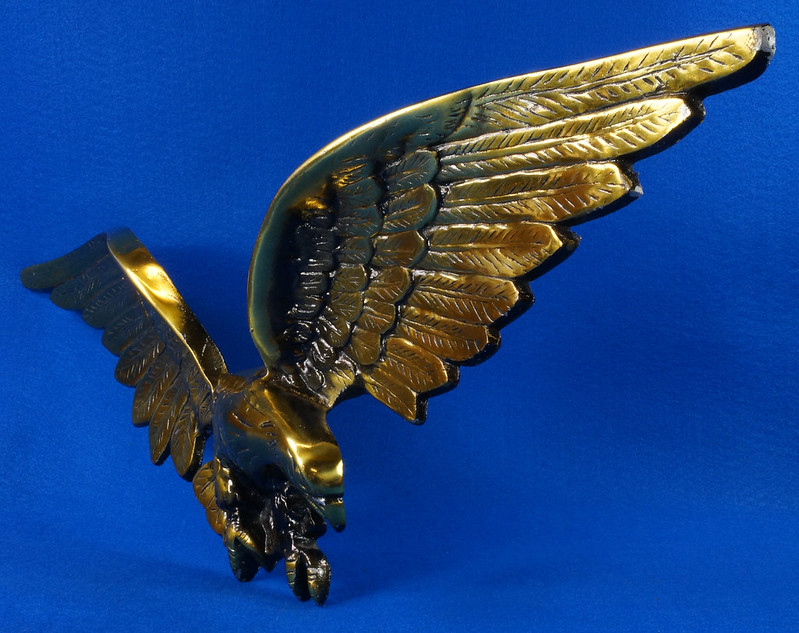 RD15262 Vintage Patriotic American Soaring Eagle Wall Hanging Plaque 25 inch Cast Metal With Brass Tone Finish DSC08892