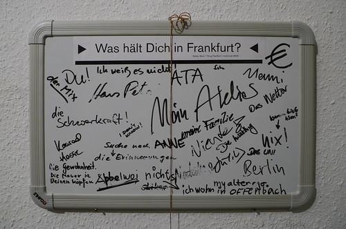 Wandtafel mit Antworten zur Frage Was hält Dich in Frankfurt 2009