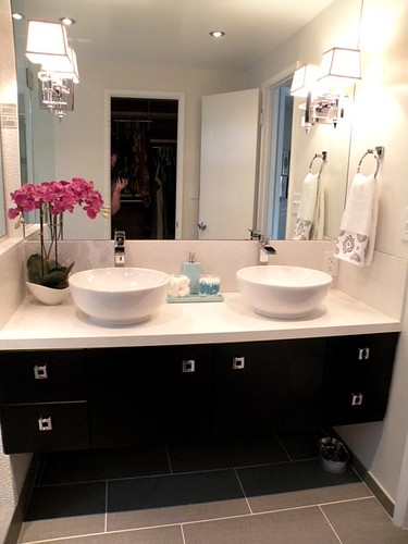 Hgtv divine design with candice olson takes on modern for Candice olson bathroom designs