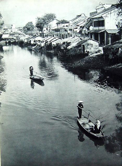 La rue des marchands. Le canal Bonard, appelé aussi canal des poteries, est l'une des principales artères commerciales de Cholon.