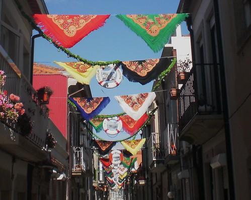Rua enfeitada com os lenços de Viana