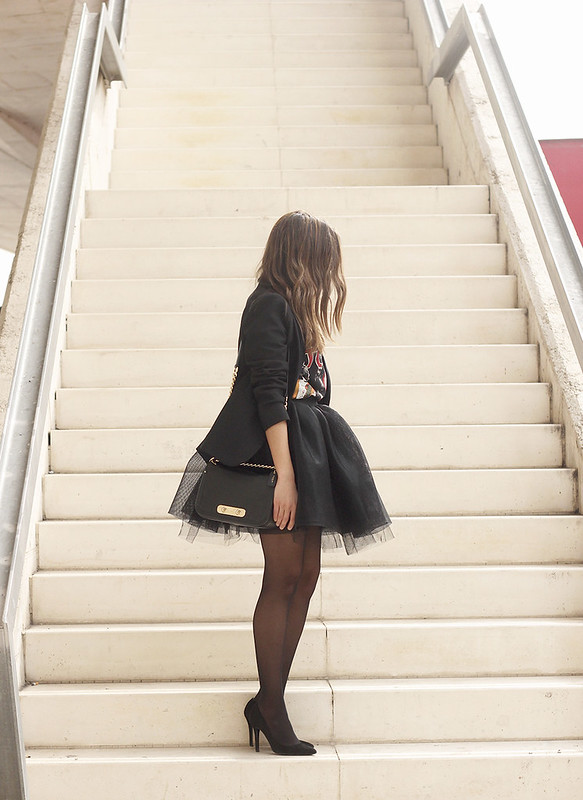 Tulle black skirt blazer maje heels coach bag necklace uterqüe madrid fashion week street style fashion outfit05