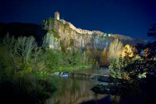 El cingle de nit (Castellfollit de la Roca, Girona) - Levilo