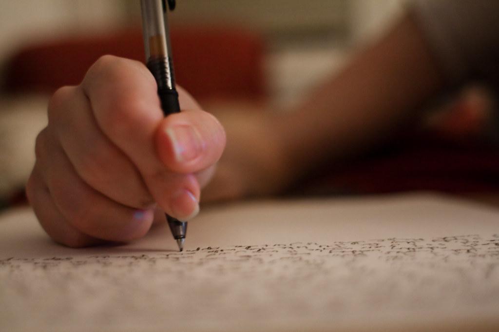 IMage générale de main qui écrit