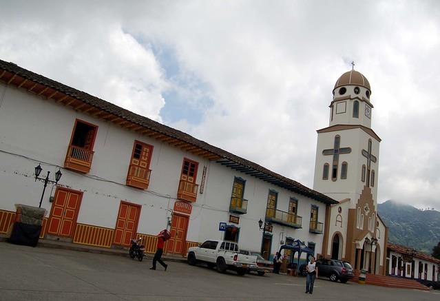 Imagen de la Iglesia de Nuestra Señora del Carmen en la Plaza Bolívar de Salento, Colombia