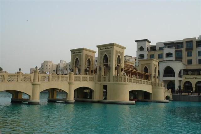 Puente sobre el lago del Dubai Mall, junto al Burj Khalifa