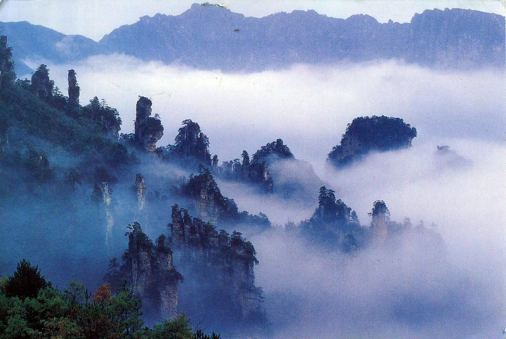 靄のかかる武陵源の風景