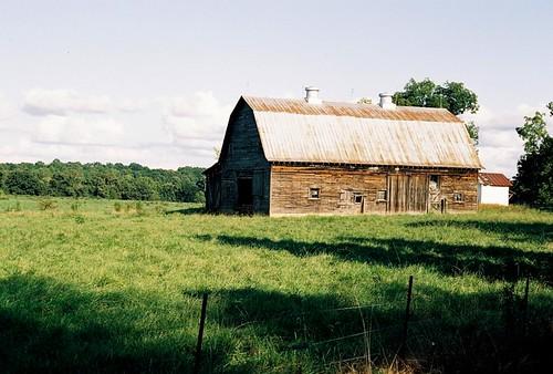 barn northcarolina pasture canonae1program kodakportra160nc randolphcounty rurallandscape canon2828fdlens boughtrealcheapfromkeh