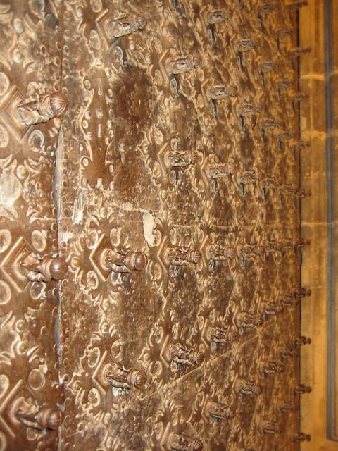Wooden doors with iron studs puerta de madera con clavos - Clavos para madera ...