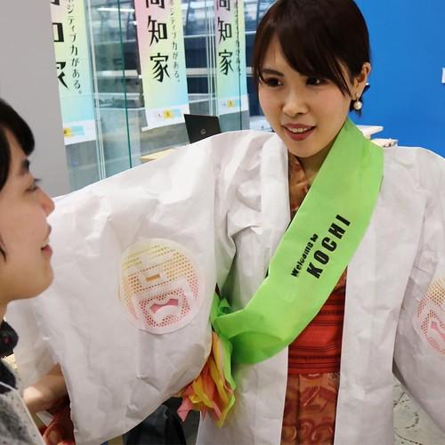 そして仕上がったのが、こんな衣装。土佐和紙を使った「紙衣(かみこ」という服をベースにして、電子工作などと組み合わせています。 #高知家 #土佐和紙 #techshop