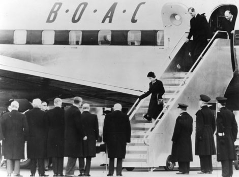 1950s - Queen-Elizabeth-II-disembarking from BOAC Argonaut G-ALHK