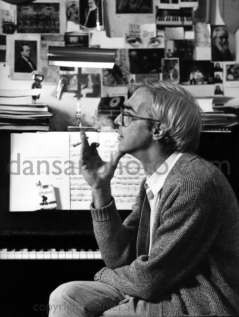 Maestro Revendo sentado junto a su piano