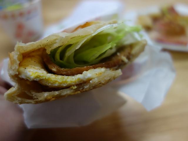 花蓮山東豆漿大王的中式燒堡,夾了肉片、煎蛋與生菜