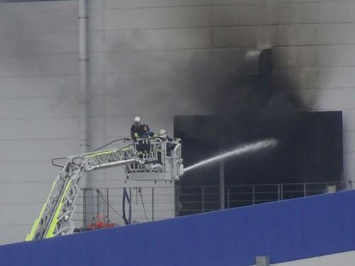 北東側のアスクル倉庫の火災の消火活動