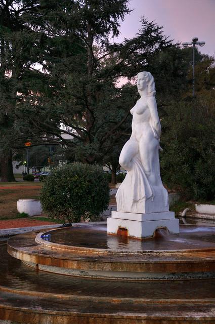 Estatua de la fuente del jard n franc s en el parque for Estatuas jardin