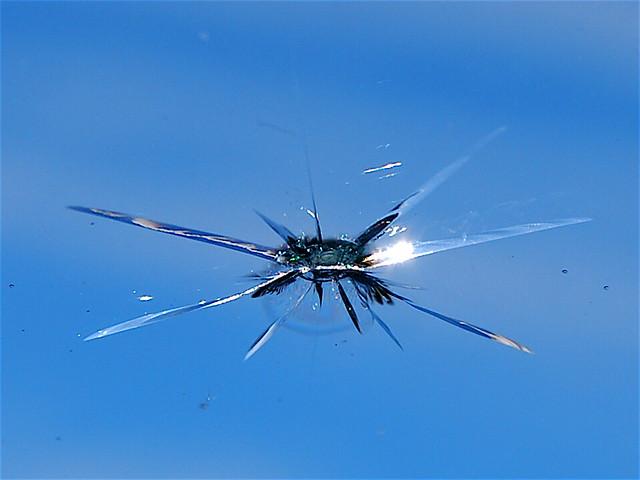 車窗被石頭砸到後的擋風玻璃