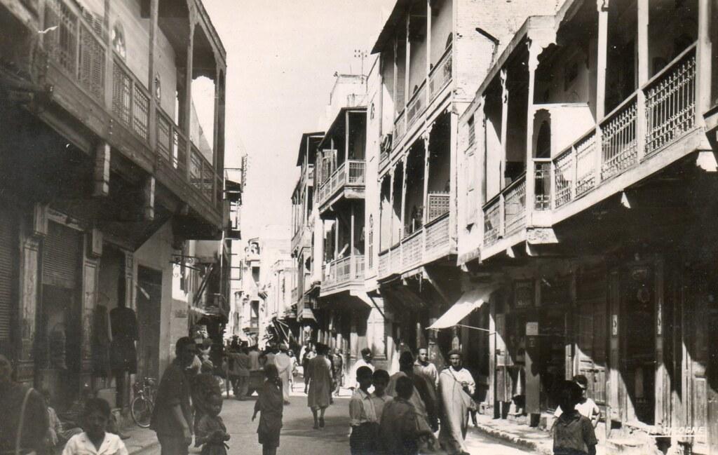 Quartier juif du Mellah à Fès avec ses balcons typiques sur une ancienne carte postale.