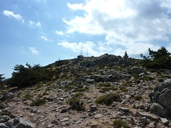 Sentier de montée au Monte Calva: en vue du relais téléphonique