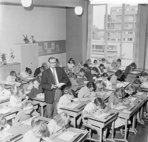 Onderwijzers tekort:meester Snelleman met zijn 60 leerlingen / Teacher shortage: Mr. Snelleman and his class of 60