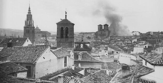 Incendio de la delegación de Hacienda el 10 de febrero de 1921. En primer término, la Iglesia de la Magdalena. Fotografía de Pedro Román Martínez