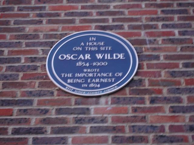 Photo of Oscar Wilde blue plaque