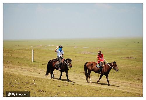 红色侦察兵在一望无际的锡林郭勒草原上骑马