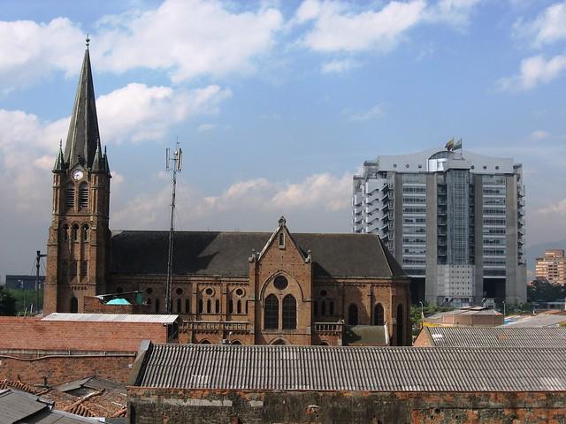 Amanecer entre la contaminación. Iglesia y edificio de EPM. Medellín, Antioquia