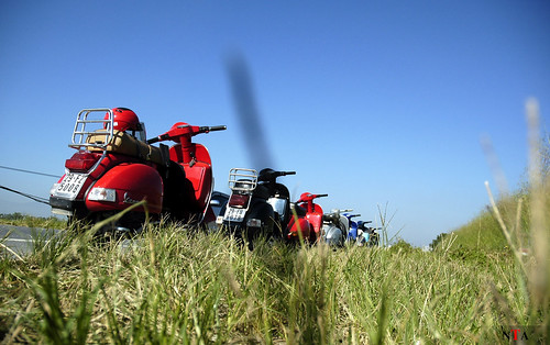 Vespa Kd5+ on the way to Acient Village Duong Lam by b_asuka2004