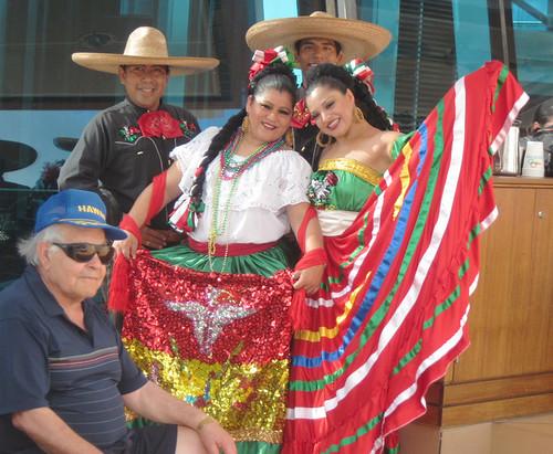 Bailarines con trajes tradicionales mexicanos