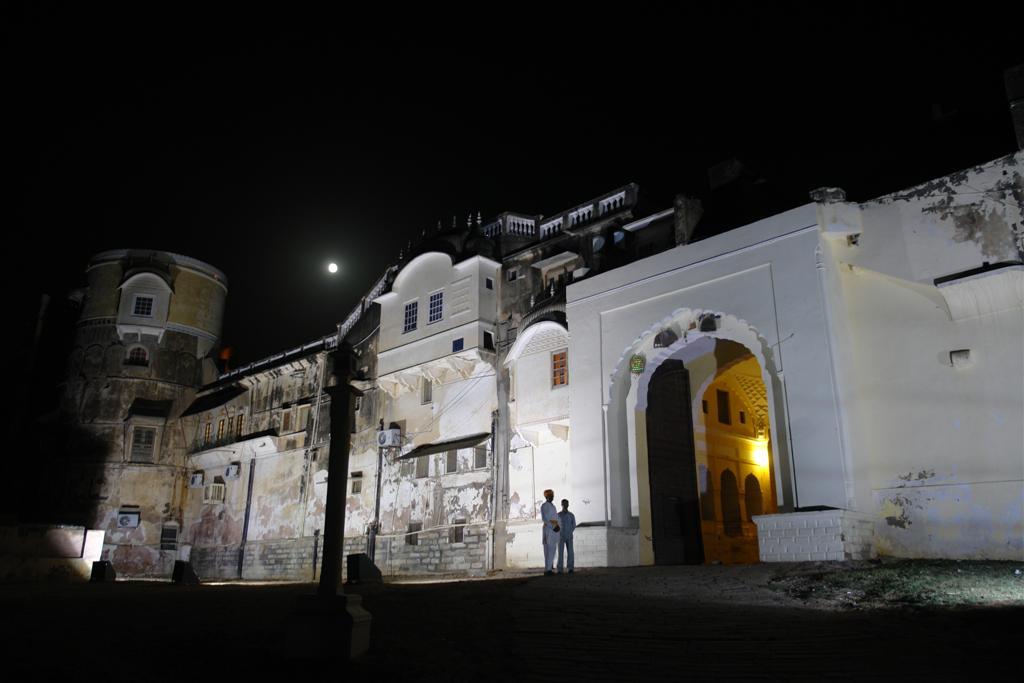 Hotel Castle Mandawa de Noche con los guardas en la puerta Mandawa, La esencia rural de los Haveli - 4069668130 ce4b897b46 o - Mandawa, La esencia rural de los Haveli