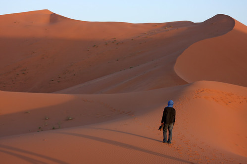 man sahara sand alone desert dunes horizon dune morocco guide abdul sanddunes saharadesert ergchebbi geo:lat=31144031 geo:lon=397306