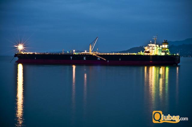 Statek wypływający z portu w Batumi