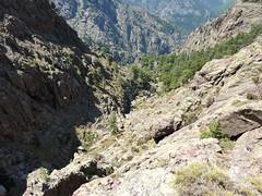 Trace cairnée de Tana di l'Orsu : la falaise depuis le haut de l'éperon