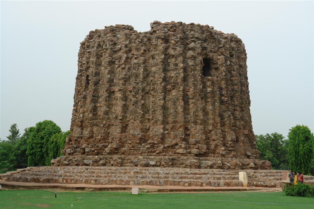 El Alai Minar es un alminar que quedó incompleto. Alaudín inició su construcción con la idea de superar en altura y majestuosidad al Qutab Minar, aunque sólo llegaron a construirse 24,5 metros de minarete. En la actualidad aún es visible el primer piso de esta construcción. Qutab Minar, la torre de piedra más alta de la India - 4178616226 d37fc2cabc o - Qutab Minar, la torre de piedra más alta de la India