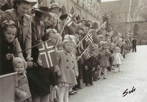 Forventningsfulle barn venter på det første borgertoget etter krigen (1945)