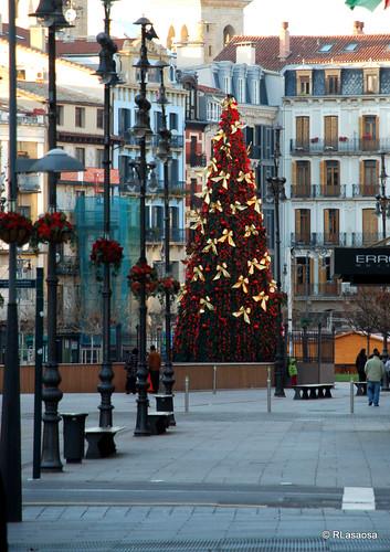 Árbol navideño en la entrada de la Plaza del Castillo visto desde la Avenida de Carlos III