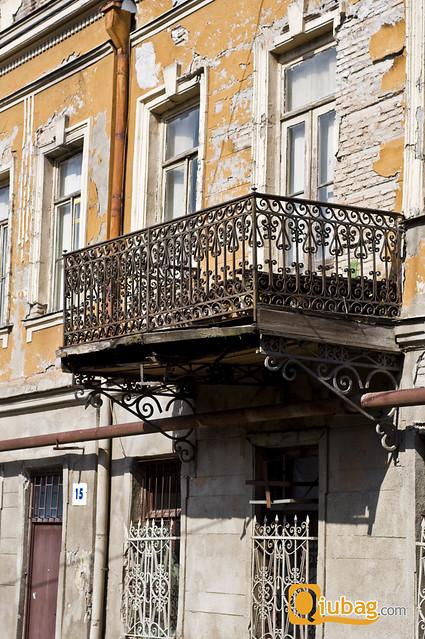 balkon w sypiącym się budynku w Tbilisi